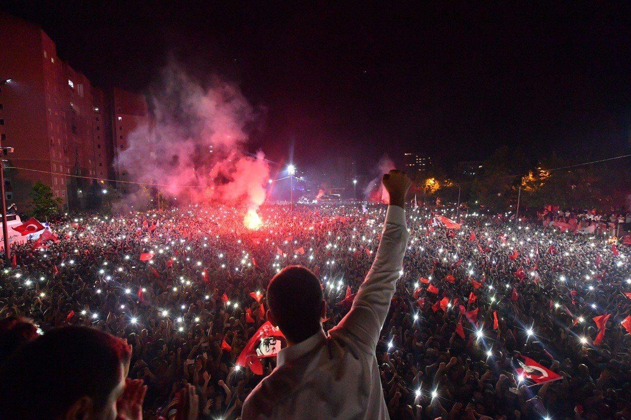 土耳其大城伊斯坦堡23日重選市長,反對黨「共和人民黨」(CHP)候選人伊瑪莫魯(...