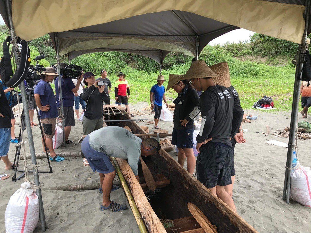 台、日研究團隊今天在長濱烏石鼻漁港區內整理獨木舟,為出發航向沖繩作準備,日本NH...
