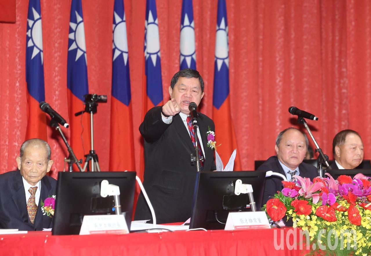 亞泥董事長徐旭東(左二)對於環團部分指控忍不住動怒。記者余承翰/攝影