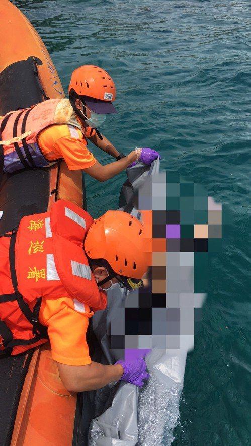 海巡署南部分署第五岸巡隊小琉球安檢所,接獲民眾報案於小琉球海域驚見浮屍,經核對衣...