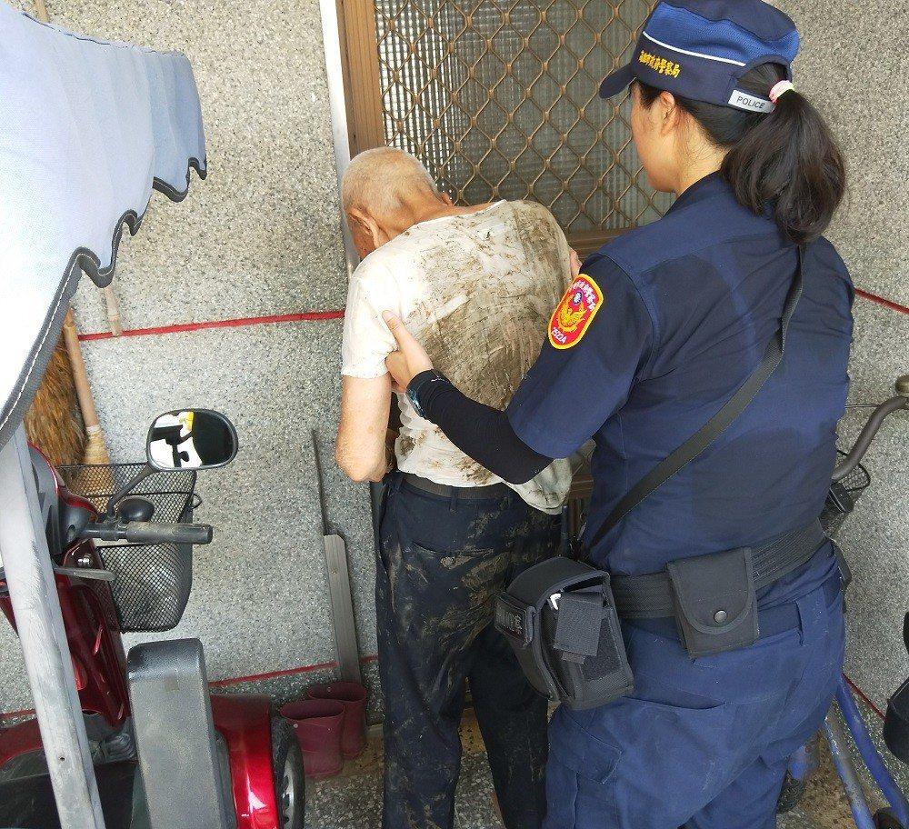 員警將全身濕透的老翁護送返家。記者徐白櫻/翻攝