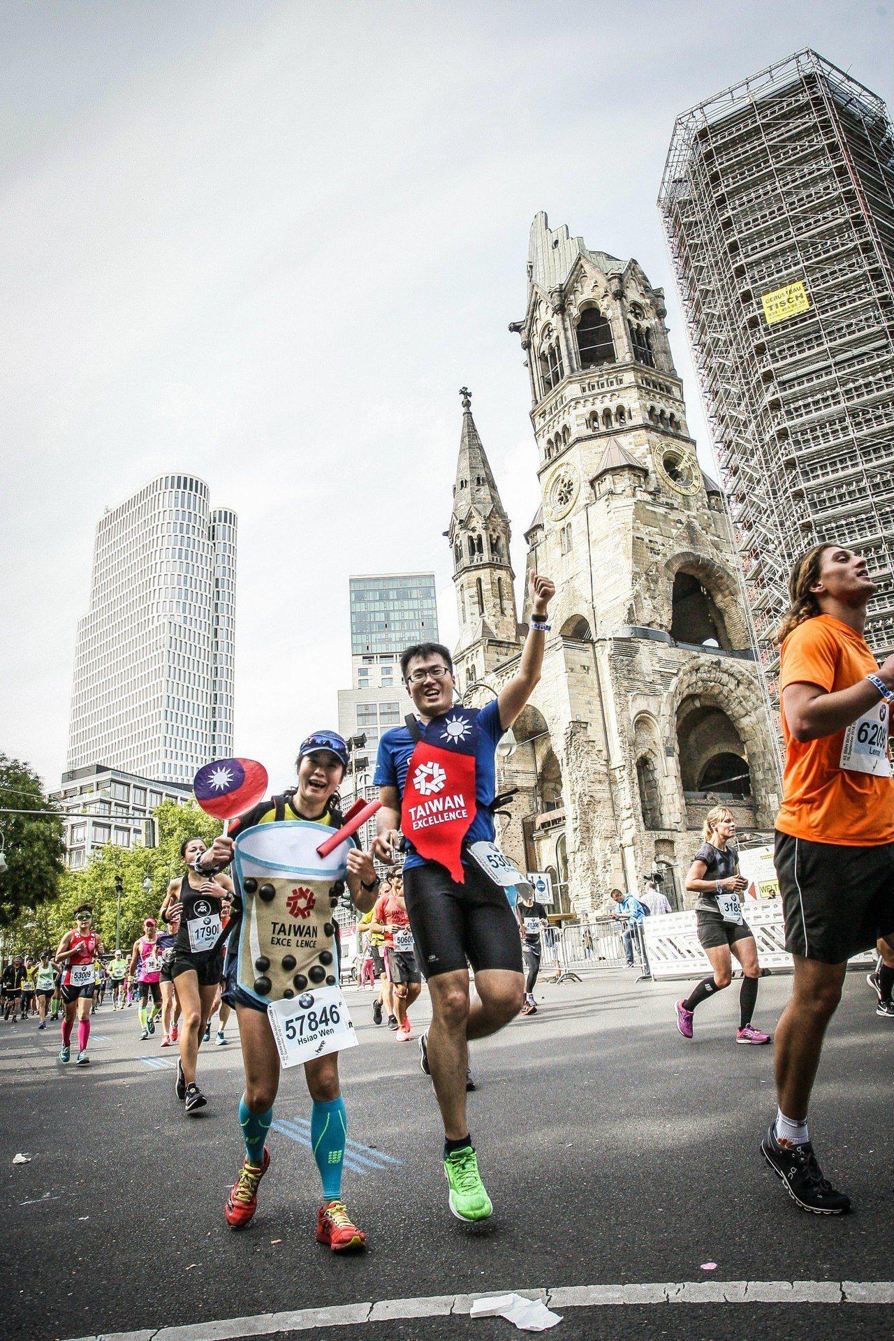 2018台灣精品代表隊跑者以創意珍奶造型參賽超級吸睛。圖/外貿協會提供