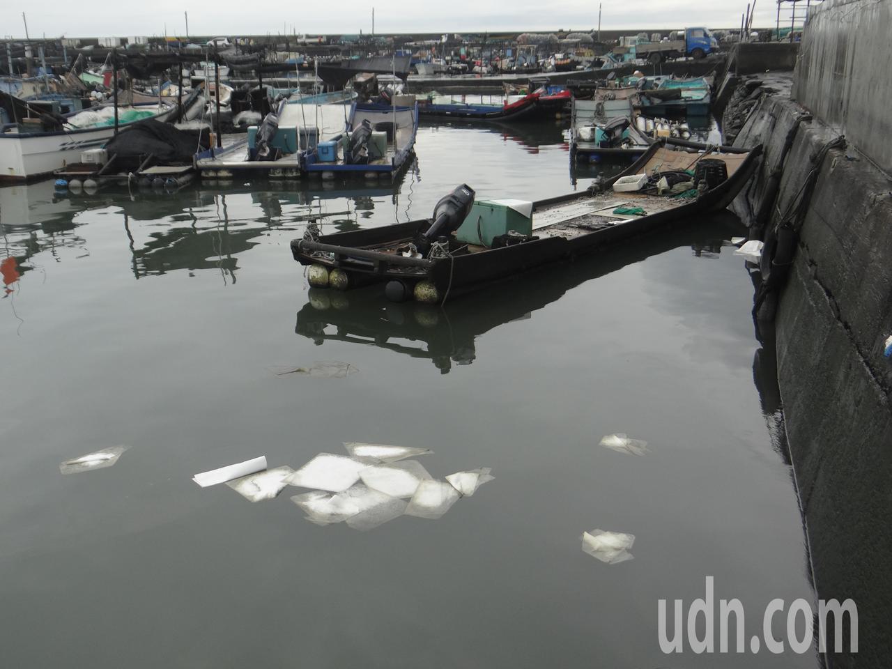 港域到處拋有吸油棉進行清汙。記者蔡維斌/攝影