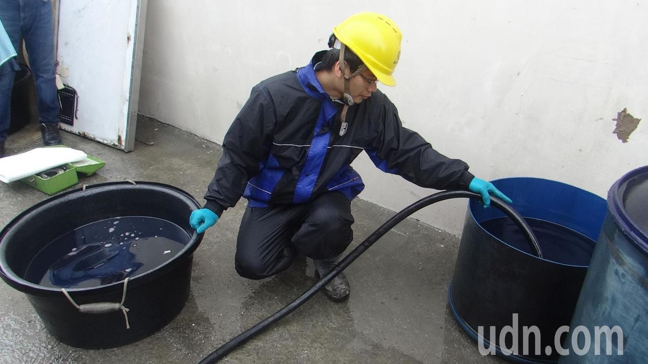 中油出動槽車協助處理殘油及海面吸起的油漬。記者蔡維斌/攝影
