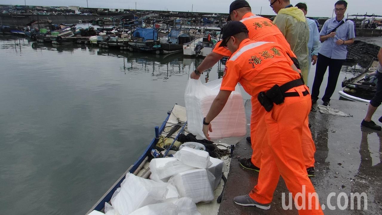 六輕港務單位也運來大批吸油棉和攔油繩協助除汙。記者蔡維斌/攝影
