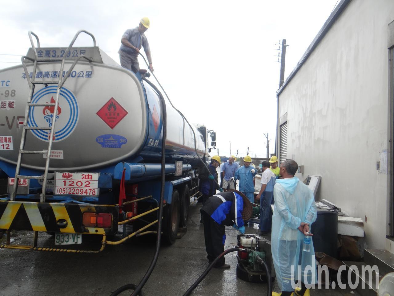 中油出動槽車協助處理殘油。記者蔡維斌/攝影