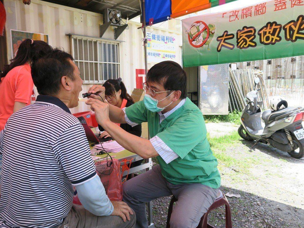 彰化醫院口腔外科醫師金椿期到工地為工人檢查。圖/彰化醫院提供