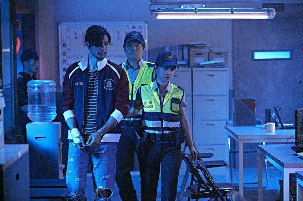 蔡依林(右)飾演的女警逮捕演出混混的鳳小岳(左)。圖/索尼提供