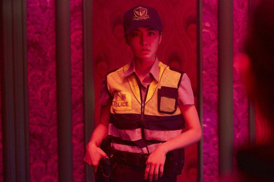 蔡依林在「愛的羅曼死」MV化身最美女警。圖/索尼提供