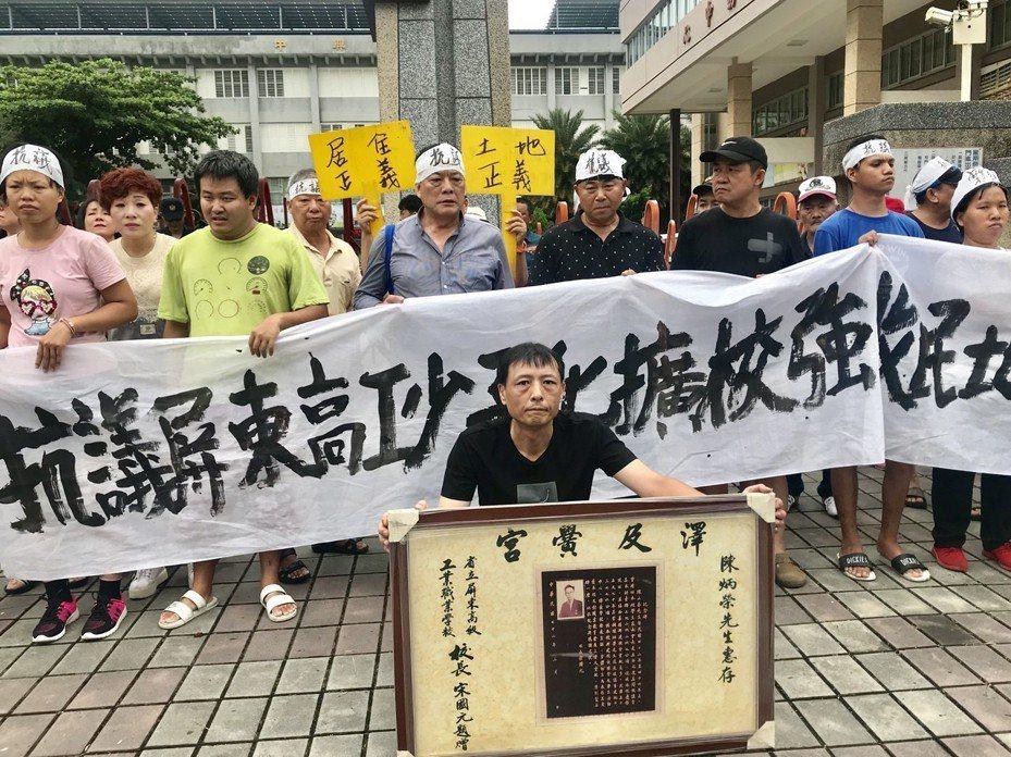 居住在國立屏東高工旁的數十名居民,不滿學校強占民地導致纏訟多年,上午前往學校抗議。記者江國豪/攝影