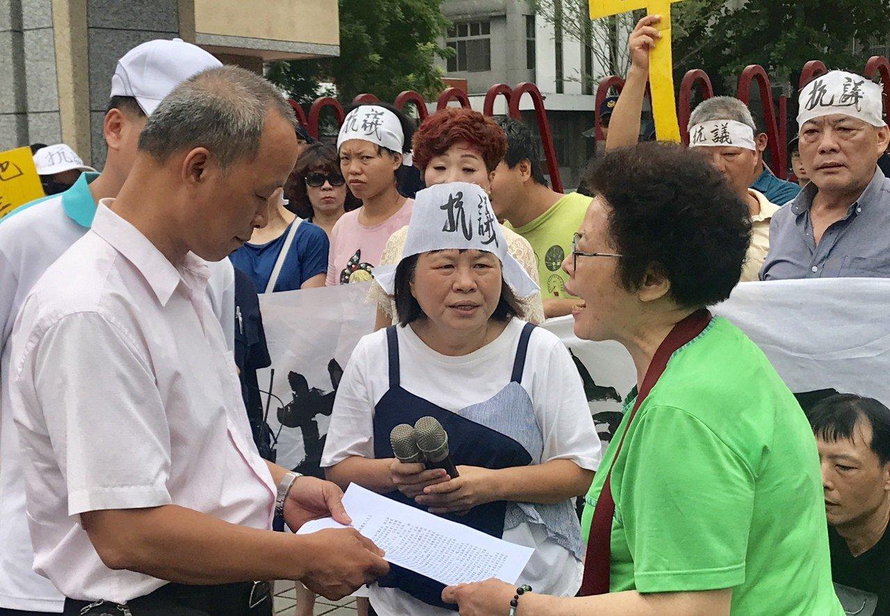抗議居民遞交陳情書給屏工校方代表。記者江國豪/攝影