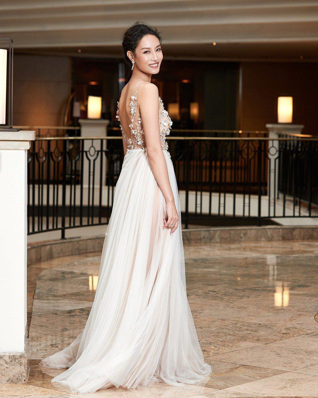 名模邱馨慧當六月新娘,台北歸寧宴露背簍空婚紗美豔動人。圖/凱渥提供