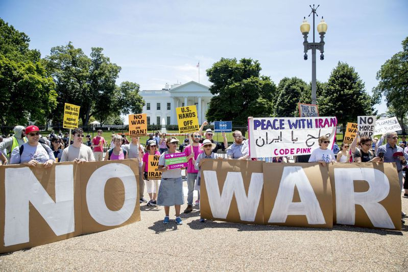 民間團體聚集白宮外,表達反對對伊朗開戰的訴求。美聯社