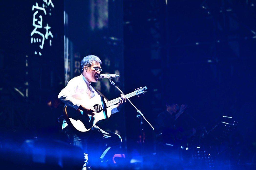 李宗盛在「有歌之年」巡演上自彈自唱。圖/相信提供