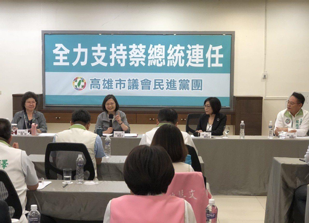 總統蔡英文今天在蓮潭會館與高雄市議會民進黨團20多名議員座談2個多小時,議員紛紛...