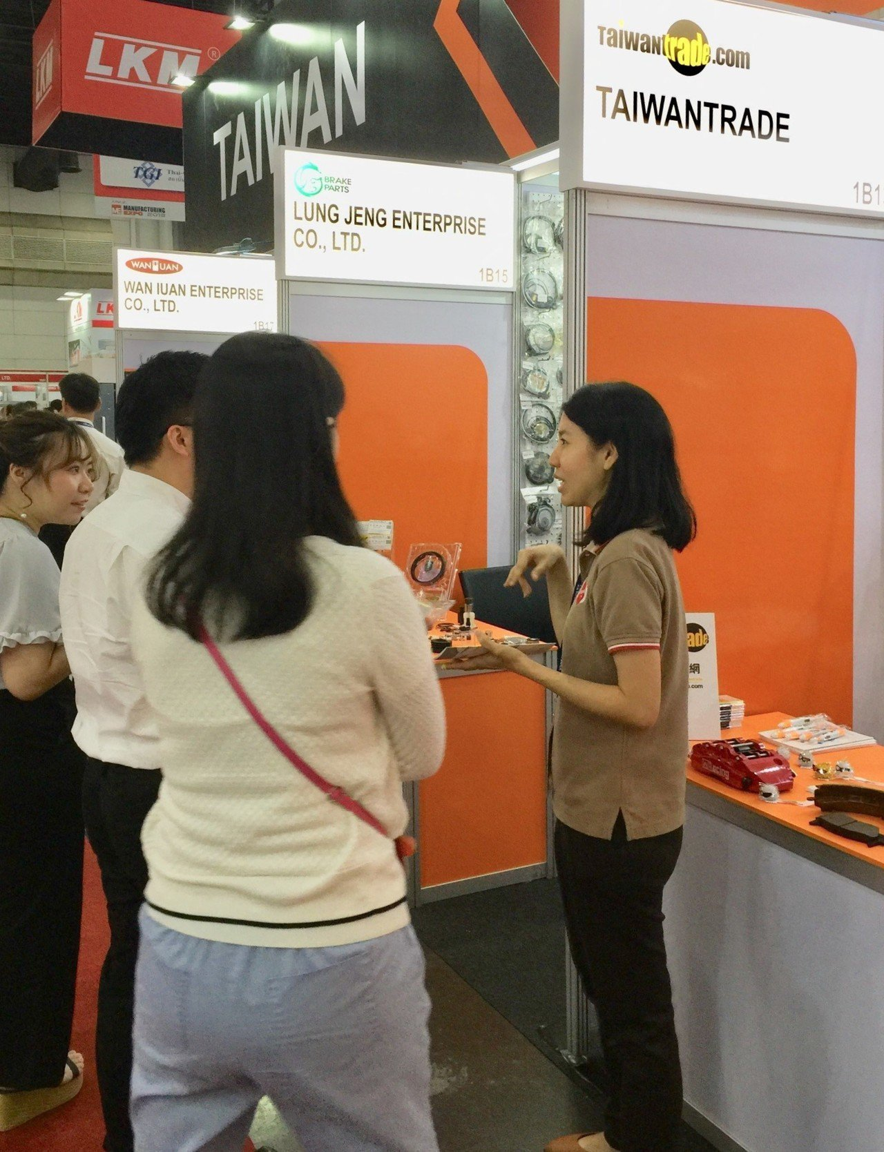 泰國買主仔細聆聽台灣經貿網買主服務介紹。圖/外貿協會提供