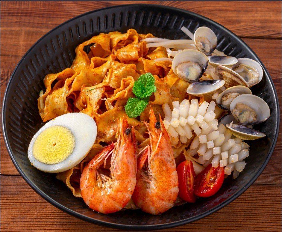 「甘榜馳名海南雞飯」店內提供受台灣吃貨歡迎的叻沙乾拌麵。圖/聯發國際提供