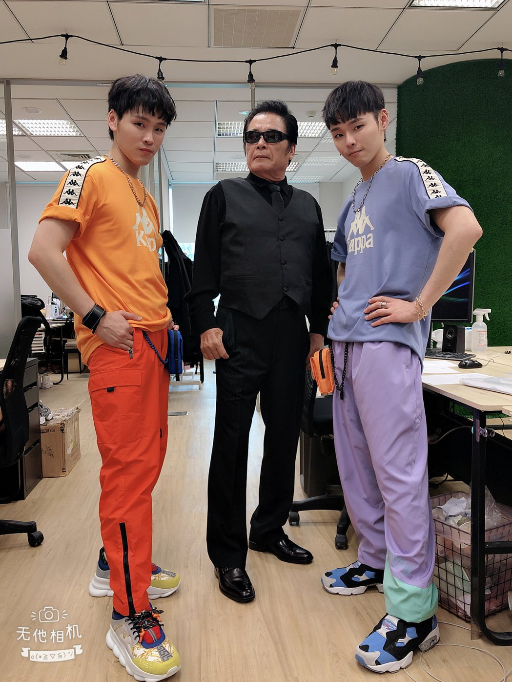 雷洪應邀拍攝「這群人」展榮展瑞MV。圖/民視提供