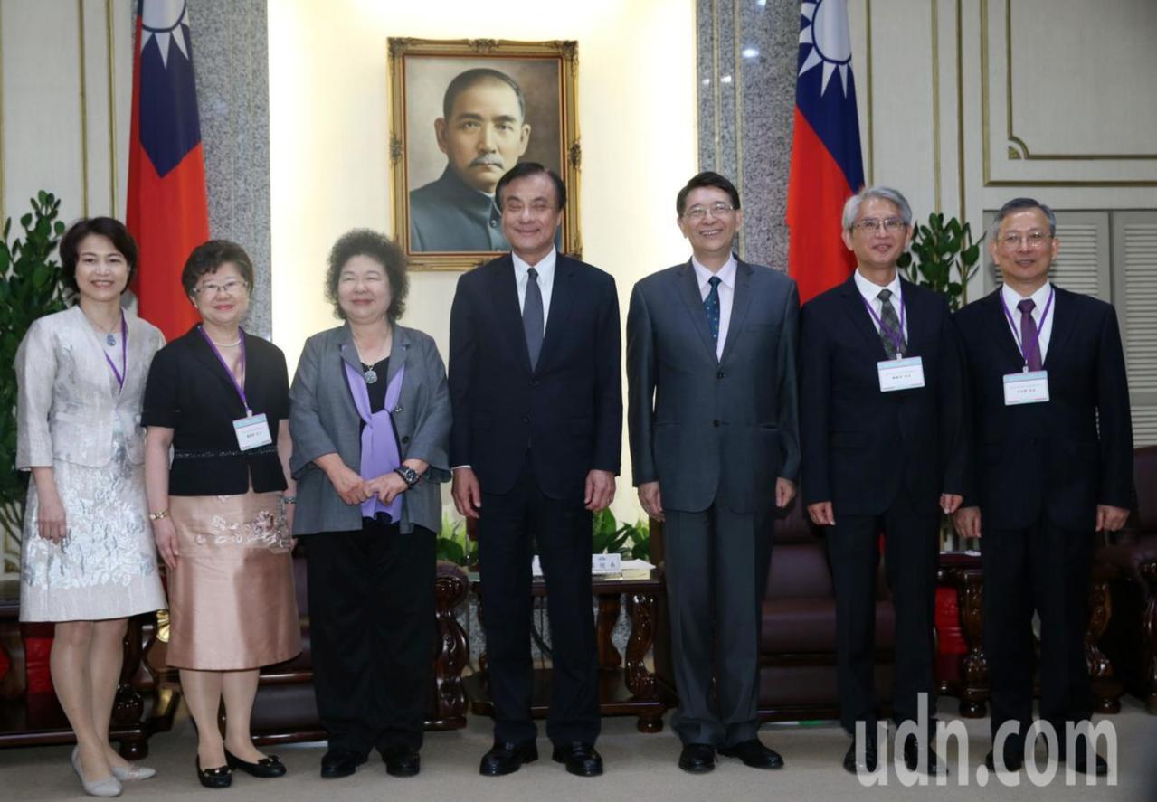 總統府秘書長陳菊(左三)日前率領大法官被提名人楊惠欽(左二)、蔡宗珍(左一)、謝...