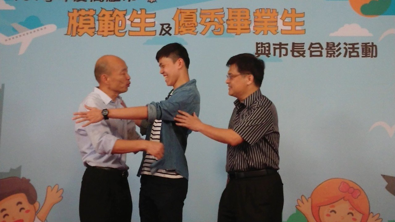 被認為最可能「搞怪」的雄中學生,有好幾位和韓國瑜合影後要求「抱抱」,還說「市長辛...