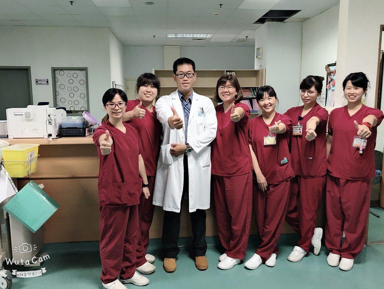 顏正杰醫師及嘉義醫院團隊,一圓張婦和兒孫相聚的心願。照/嘉義醫院提供