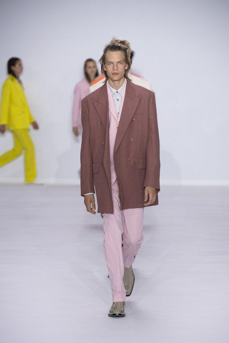 大膽的灰粉、焦糖以及藍、黃色系,打造亮眼的Paul Smith 2020春夏男裝...