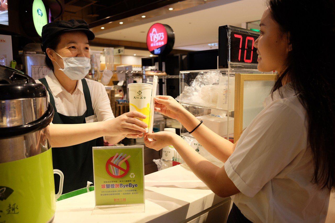新光三越聯合館內餐飲品牌力挺減塑愛地球。記者黃仕揚/攝影