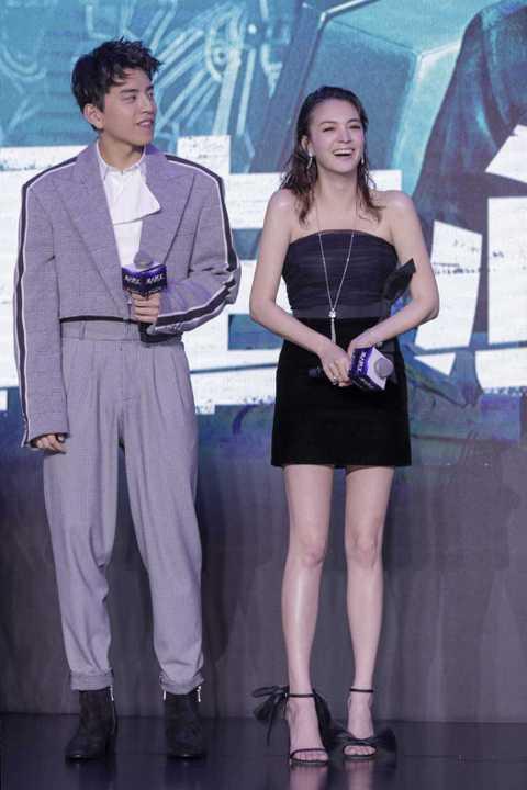 蜜拉喬娃維琪、張榕容以及王大陸出席上海國際電影節宣傳新片「素人特工」,張榕容在片中挑戰喜感演出,這是她首度挑戰動作喜劇,她也坦言「其實我是很開朗的性格,因為之前的作品都比較文藝就給了大家一個很文靜的...