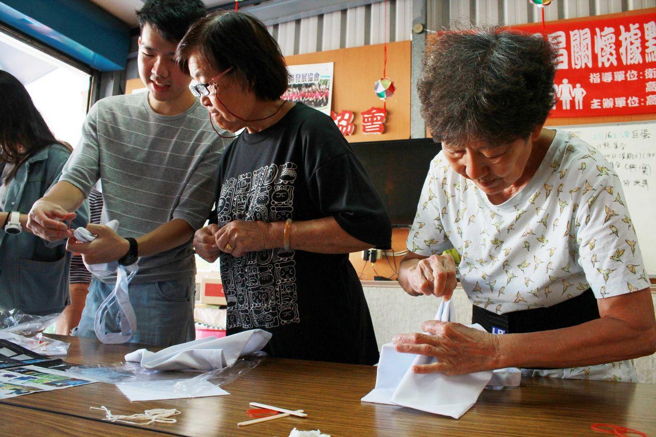 高科大USR計畫團隊關心長照議題,前進楠梓等鄰近社區規畫適合銀髮族的各式課程。記...