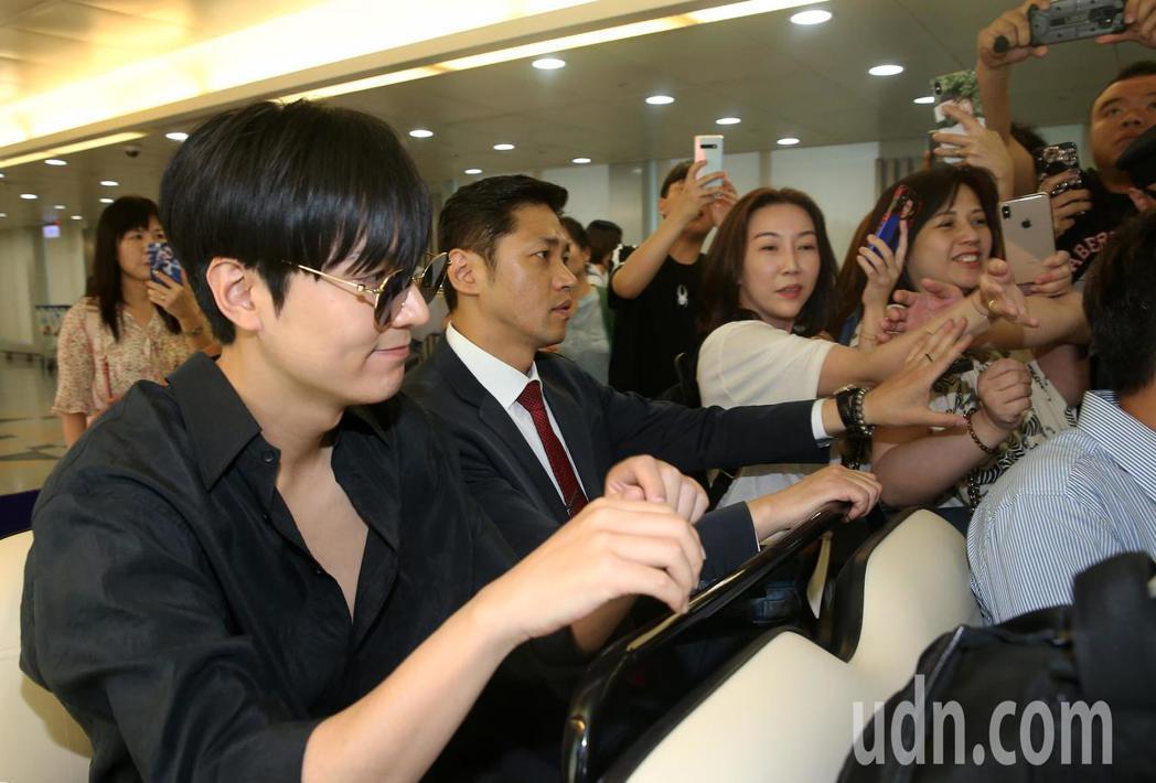 南韓藝人李敏鎬(左)24日傍晚低調搭機抵達桃園機場,許多粉絲與偶像搭乘同一班飛機...