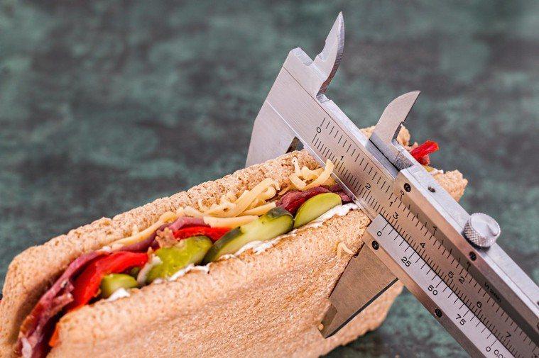 不見得吃的愈少愈長壽。圖/摘自 pexels