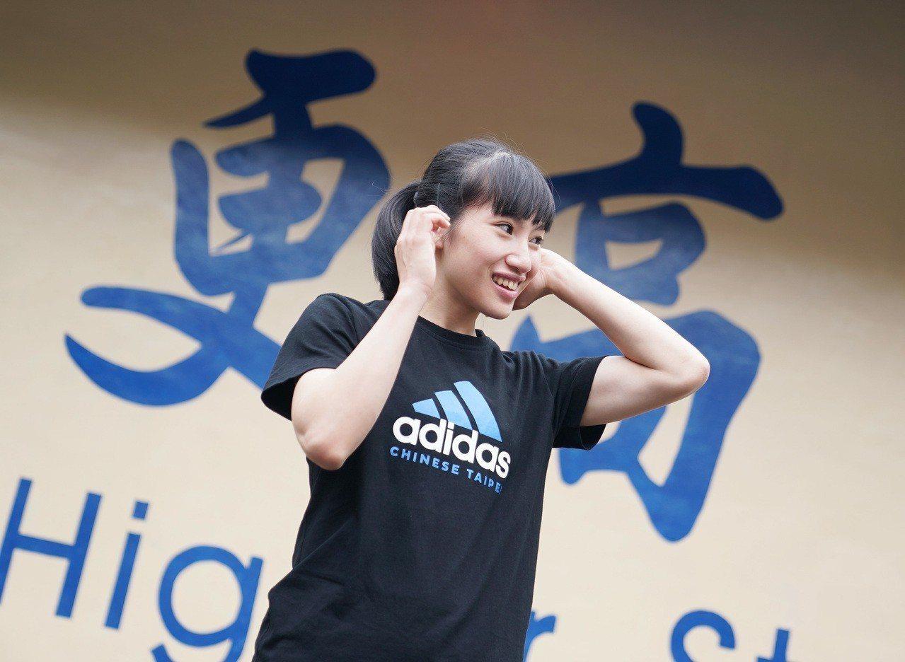 陳孟欣展示拿坡里世大運團服。圖/大專體育總會提供