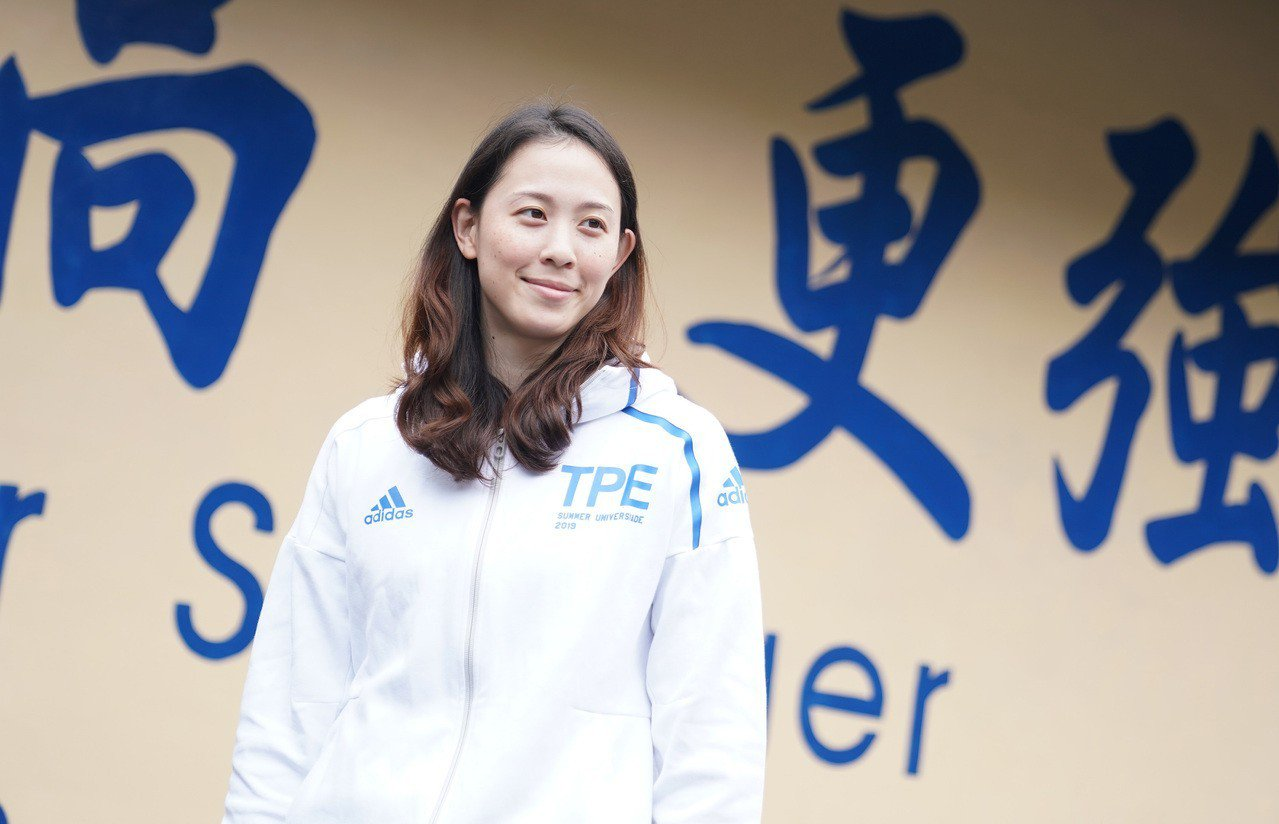 黃鈴娟展示拿坡里世大運團服。圖/大專體育總會提供