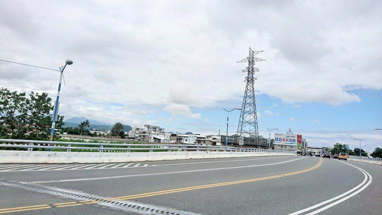 台東市馬蘭橋旁原有座高壓電塔。本報資料照片