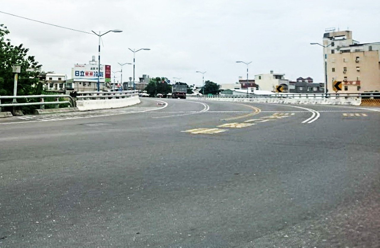 配合太平溪路堤共構工程,台電已拆除台東市馬蘭橋旁的高壓電塔。記者羅紹平/攝影