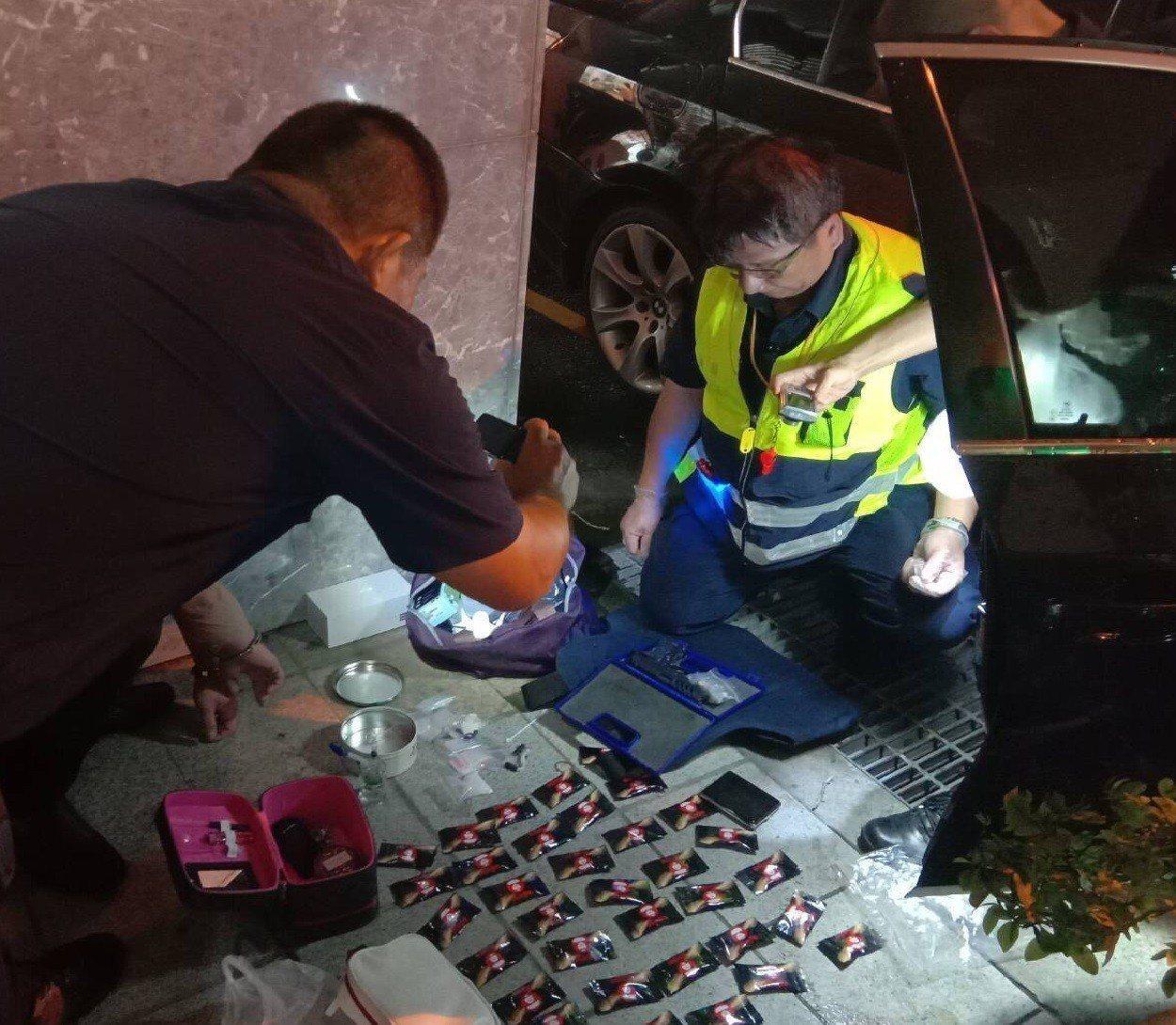 台南市警二分局海安派出所警員,攔查違停意外查獲黃姓男子涉嫌持有槍毒。記者黃宣翰/...