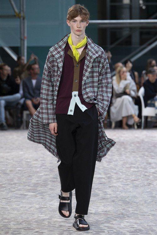 格紋縐紗長版外套打造舒適、瀟灑的穿搭。圖/愛馬仕提供