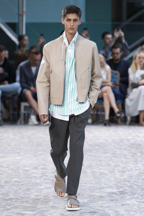 薄荷綠、泡泡糖粉色條紋襯衫與抽繩內襯,有層次而不失輕盈感。圖/愛馬仕提供
