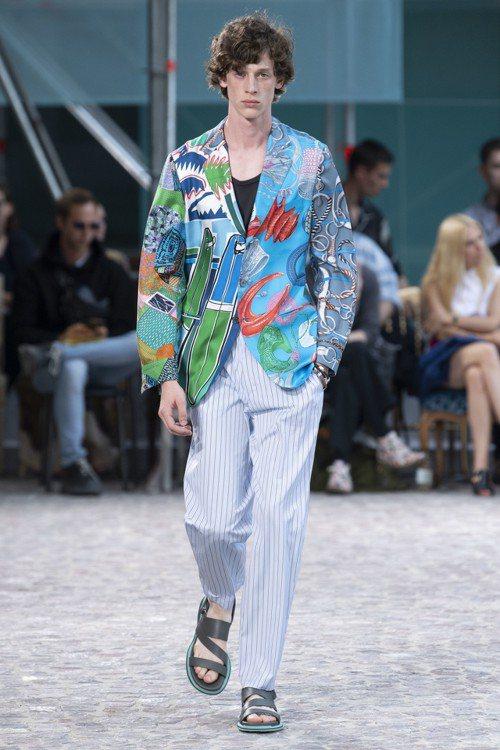絲質三釦西裝外套,有著愛馬仕經典絲巾的質感與品味延伸。圖/愛馬仕提供