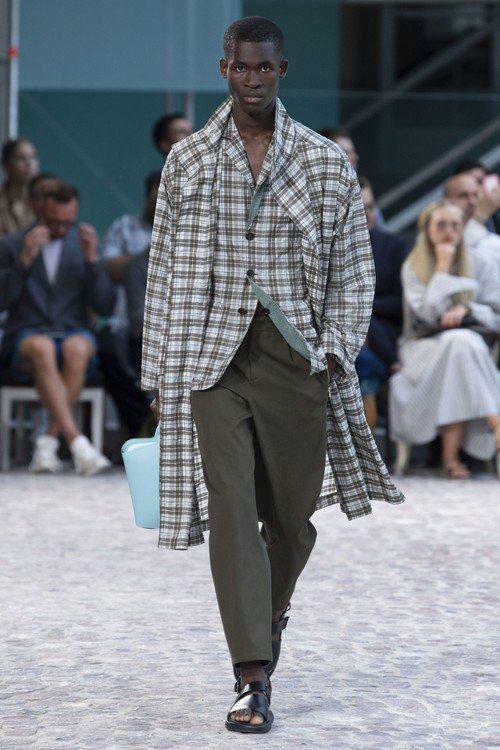 各式格紋單品實穿雋永,部分外套設計為可兩面穿著。圖/愛馬仕提供