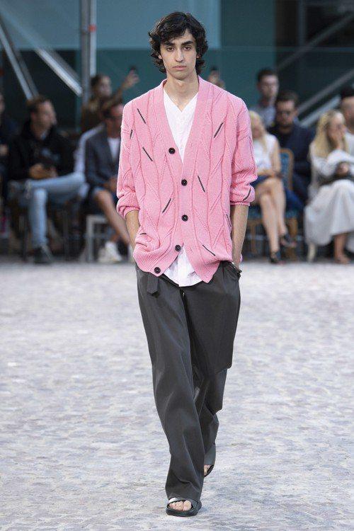 粉色針織衫相當亮眼,黑色線條部份實為細緻的皮革編織。圖/愛馬仕提供