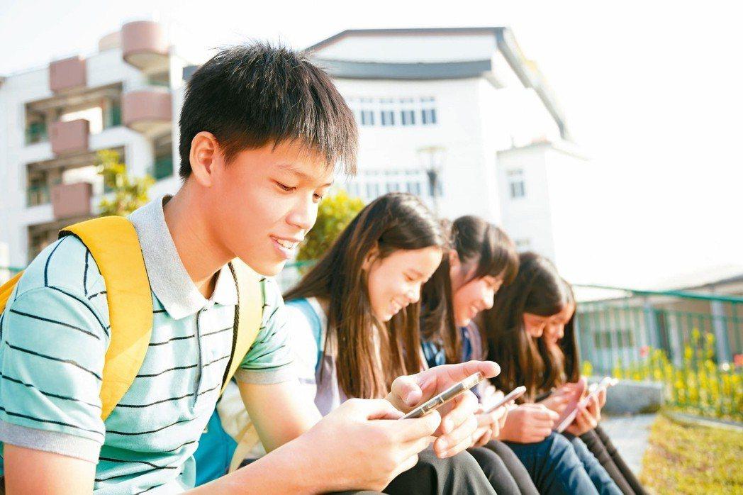 國內外研究證實,網路成癮影響身心健康。 圖╱123RF
