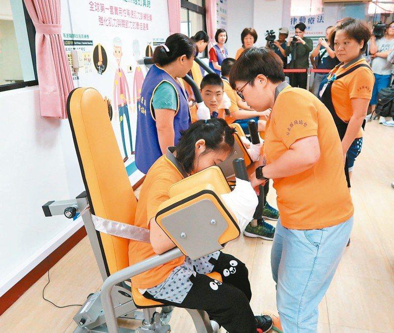 屏東縣持永久效期身心障礙手冊者約有2萬多人,目前換證率已超過98%,縣府呼籲及時換證,以免影響權益。 圖/聯合報系資料照片