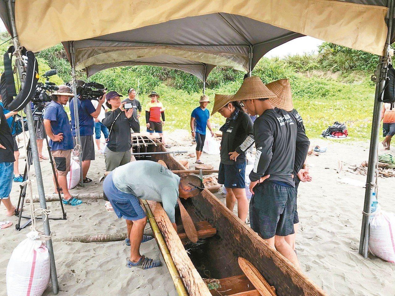 研究團隊昨天在長濱烏石鼻漁港區內整理獨木舟,為出發航向沖繩與那國島作準備,日本N...