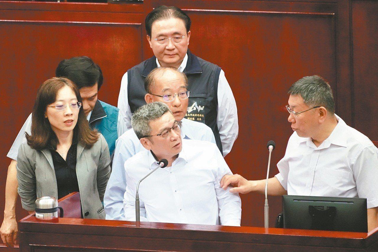 去年11月29日市府會議引爆喬蛋疑雲,台北市長柯文哲(右)昨議會專案報告,前顧問...