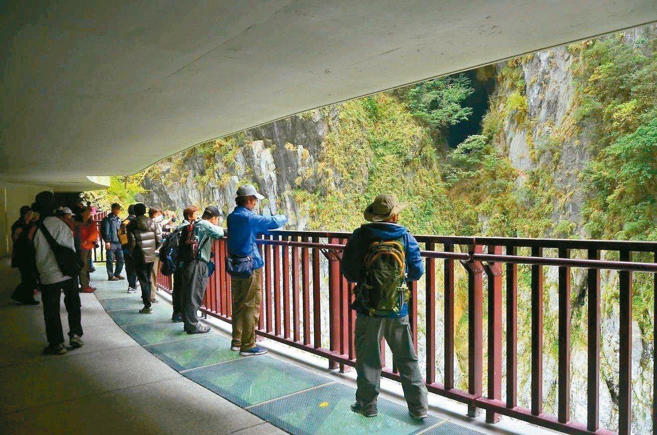 九曲洞新設水景步道中有十公尺設置強化玻璃,讓遊客透視湍急溪水。 圖/太管處提供