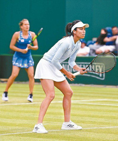 我國謝淑薇(前)與捷克史翠可娃在伯明罕女網賽聯手贏得雙打冠軍。 (法新社)