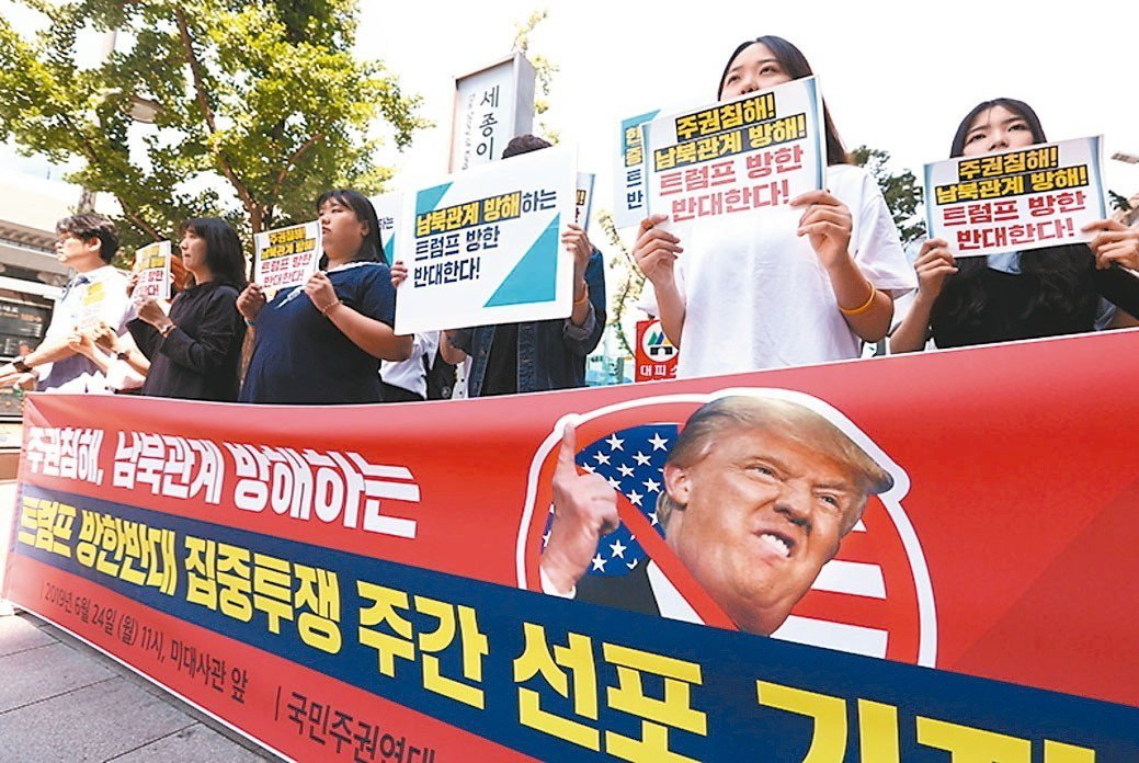 美國總統川普將在廿九日訪問南韓。反對川普的南韓民眾廿四日在首爾美國大使館前抗議川...