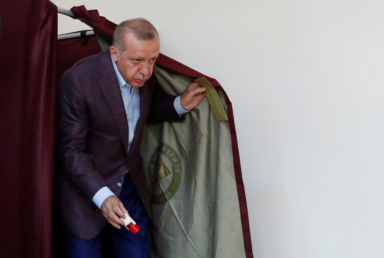 土耳其總統厄多安廿三日在伊斯坦堡投票。 (路透)