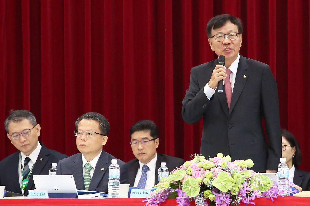 長榮航空昨天舉行股東會,董事長林寶水(右一)與總經理孫嘉明(左二)等出席主持。記...